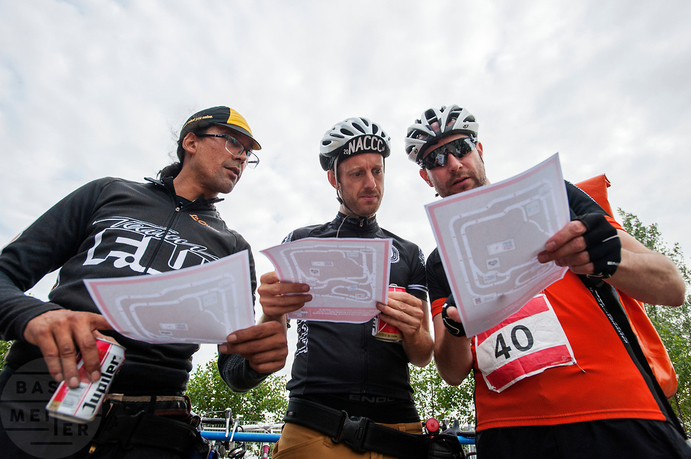Koeriers bekijken het parcours. In Nieuwegein wordt het NK Fietskoerieren gehouden. Fietskoeriers uit Nederland strijden om de titel door op een parcours het snelst zoveel mogelijk stempels te halen en lading weg te brengen. Daarbij moeten ze een slimme route kiezen.<br /> <br /> In Nieuwegein bike messengers battle for the Open Dutch Bicycle Messenger Championship.