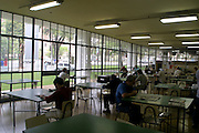 Belo Horizonte_MG, Brasil. ..Pessoas estudando na Biblioteca Publica Estadual Luiz de Bessa, localizada na Praca da Liberdade...People studing in the State Public Library Luiz de Bessa, located in the Praca da Liberdade...Foto: LEO DRUMOND / NITRO