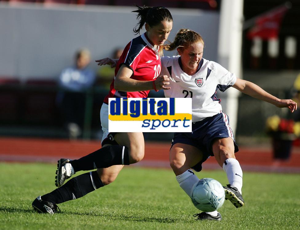 Fotball, 26. juli 2005, U21 damer, Åpent nordisk mesterskap, finale, Norge- USA 1-4,   Rachel Buehler, USA og Tone Røst Heimlund, Norge