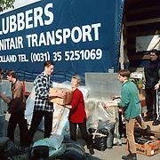 Inladen hulpgoederen voor Albanie bij garage Lubbers in Huizen