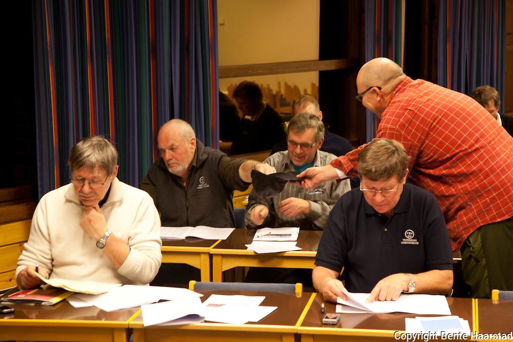 Dommermøte med de 30 dommerne som dømte i DM harehund, Trøndelag. Blant annet var det trekning av hund.