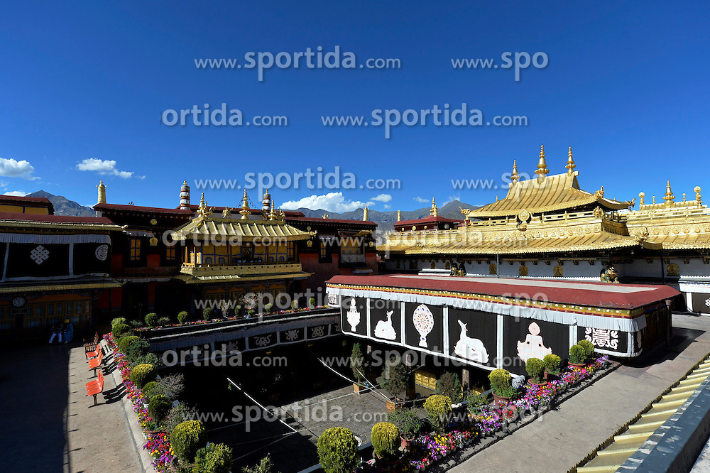 (150613) -- LHASA, June 13, 2015 () -- Photo taken on June 13, 2015 shows the Jokhang Temple under the blue sky in Lhasa, southwest China's Tibet Autonomous Region. EXPA Pictures &copy; 2015, PhotoCredit: EXPA/ Photoshot/ Liu Dongjun<br /> <br /> *****ATTENTION - for AUT, SLO, CRO, SRB, BIH, MAZ only*****