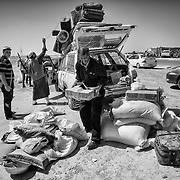 Libye, Syrte le 24-09-11 De très violents combats ont opposé les combattants pro CNT et les forces loyalistes dans le bastion pro Kadahafi. Des civils tentent de fuir la ville assiégée. Leur véhicule est passé au peigne fin par les rebelles avant de quitter Syrte.