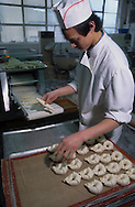 Hong Kong. Delifrance, french bakery, 'fresh french baguette -   / Fabrication de baguettes à la française chez Delifrance, Réseau de Boulangerie Française en Asie (ici restaurant de central) appartenant au groupe Vilgrain. des dizaines d'implantations à travers la Chine et le reste de l'asie.  / R00073/    L1754  /  R00073  /  P0003596
