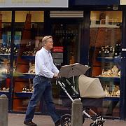 NLD/Laren/20060825 - Fons de Poel en dochter Mazarine verlaten een makelaar in Laren
