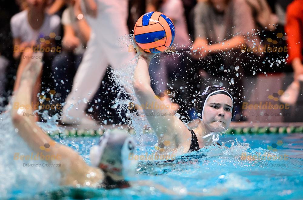13-04-2018: Waterpolo: Vrouwen Polar Bears v Widex GZC Donk: Ede<br /> <br /> (L-R) Marit van der Velde van GZC Donk tijdens de halve finale van het Eredivisie play-off duel tussen Polar Bears en GZC Donk op 13 april 2018 in zwembad de Peppel in Ede  <br /> <br /> Eredivisie Dames: Seizoen 2017 / 2018 - Halve finale play-off <br /> <br /> Foto: Gertjan Kooij