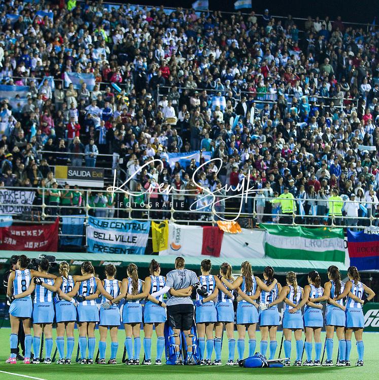ROSARIO (Arg.) -  Het team van Argentinie tijdens het volkslied, maandag voor de wedstrijd Engeland-Argentinie, tijdens het WK hockey voor vrouwen in Rosario.  ANP KOEN SUYK