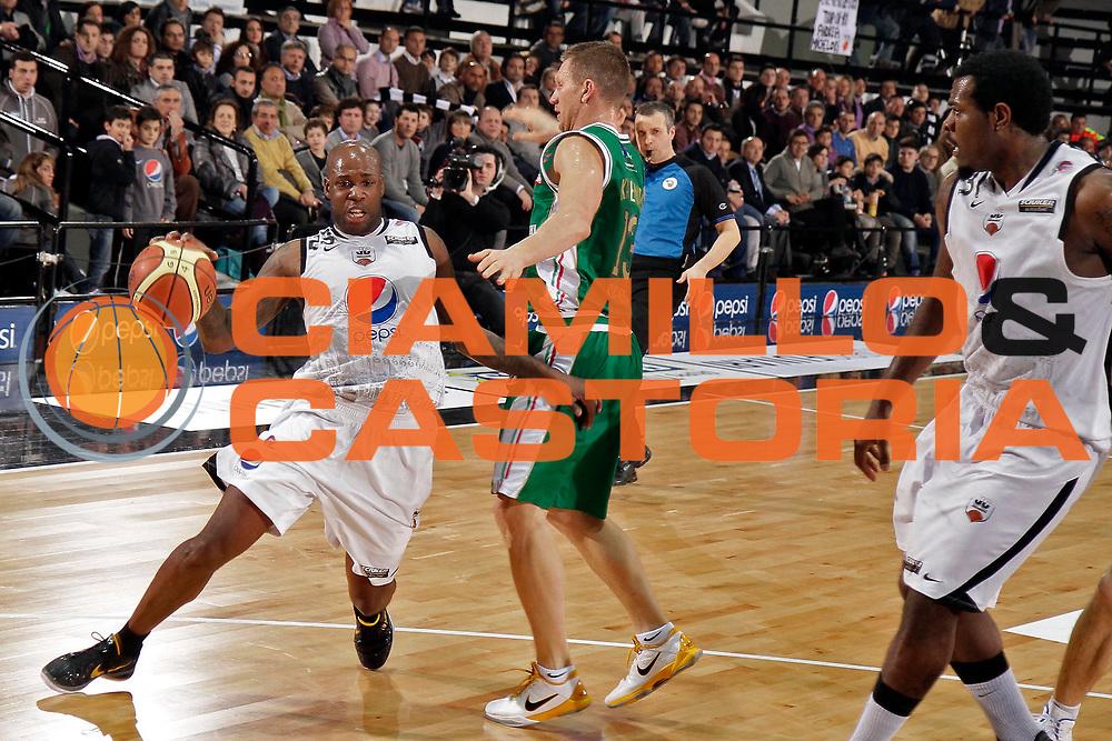DESCRIZIONE : Caserta Lega A 2010-11 Pepsi Caserta Montepaschi Siena<br /> GIOCATORE : Ebi Ere<br /> SQUADRA : Pepsi Caserta<br /> EVENTO : Campionato Lega A 2010-2011<br /> GARA : Pepsi Caserta Montepaschi Siena<br /> DATA : 20/02/2011<br /> CATEGORIA : palleggio fallo<br /> SPORT : Pallacanestro<br /> AUTORE : Agenzia Ciamillo-Castoria/A.De Lise<br /> Galleria : Lega Basket A 2010-2011<br /> Fotonotizia : Caserta Lega A 2010-11 Pepsi Caserta Montepaschi Siena<br /> Predefinita :