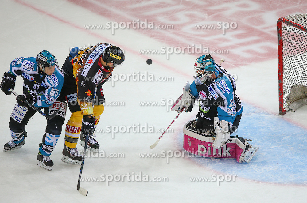20.12.2015, Albert Schultz Eishalle, Wien, AUT, EBEL, UPC Vienna Capitals vs EHC Liwest Black Wings Linz, 33. Runde, im Bild Robert Lukas (EHC Liwest Black Wings Linz), Jonathan Ferland (UPC Vienna Capitals) und Michael Ouzas (EHC Liwest Black Wings Linz) // during the Erste Bank Icehockey League 33rd Round match between UPC Vienna Capitals and EHC Liwest Black Wings Linz at the Albert Schultz Ice Arena, Vienna, Austria on 2015/12/20. EXPA Pictures © 2015, PhotoCredit: EXPA/ Thomas Haumer