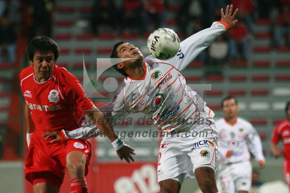 Toluca, Mex.- Erwin Avalos (9) del equipo Toluca, disputa el bal&oacute;n con Cristian Armas (2) del equipo Jaguares durante el partido de la jornada 12 del torneo de clausura del futbol mexicano, termiando empatado a 0 goles. Agencia MVT / Mario Vazquez de la Torre. (DIGITAL)<br /> <br /> <br /> <br /> <br /> <br /> <br /> <br /> NO ARCHIVAR - NO ARCHIVE