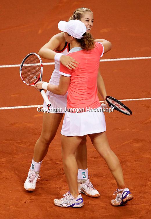 Porsche Cup 2011 in Stuttgart, internationales WTA Damen Tennis Turnier, Porsche Arena, Doppel Finale, Sabine Lisicki (GER) und mit der Kappe  Samantha Stosur (AUS) jubeln nach ihrem Sieg