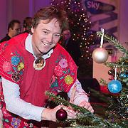 NLD/Hilversum /20131210 - Sky Radio Christmas Tree For Charity 2013, Frits Sissing versierd zijn kerstboom