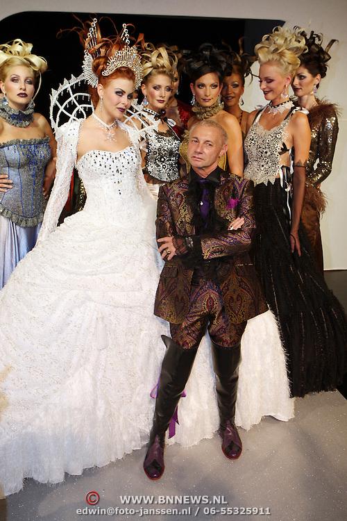 NLD/Amsterdam/20070917 - Modeshow najaar 2007 Ronald Kolk, Ronald op de catwalk tussen zijn mannequins