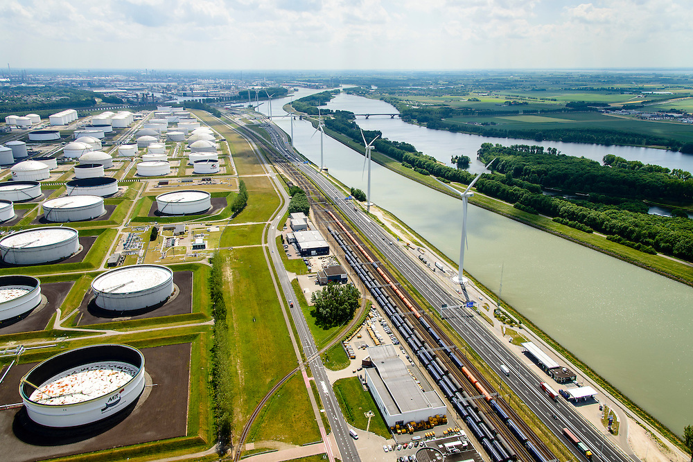 Nederland, Zuid-Holland, Rotterdam, 10-06-2015; Moezelweg met Vopak Terminal Europoort. Emplacement Europoort met opgestelde treinen, rechts  Hartelkanaal.<br /> Large scale oil hub terminal Vopak Europoort with railway yard.<br /> luchtfoto (toeslag op standard tarieven);<br /> aerial photo (additional fee required);<br /> copyright foto/photo Siebe Swart