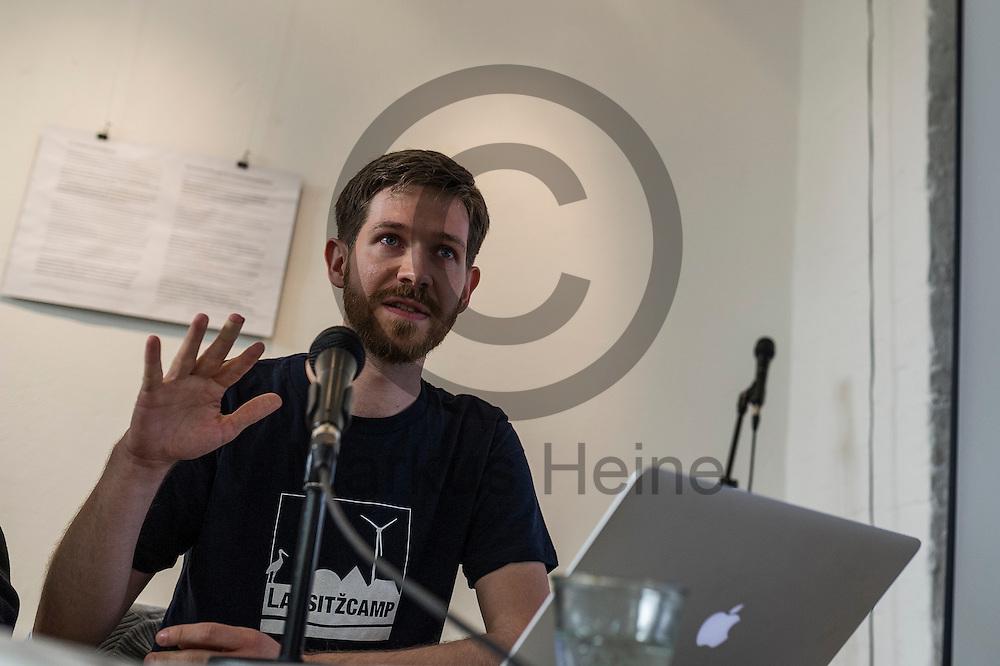 Marvin Kracheel spricht w&auml;hrend der Pressekonferenz von Ende Gel&auml;nde am 11.05.2016 in Berlin, Deutschland. Kommendes Wochenende plant ein breites Aktionsb&uuml;ndnis Aktionen des zivilen Ungehorsams gegen den Braunkohleabbau in der Lausitz. Foto: Markus Heine / heineimaging<br /> <br /> ------------------------------<br /> <br /> Ver&ouml;ffentlichung nur mit Fotografennennung, sowie gegen Honorar und Belegexemplar.<br /> <br /> Bankverbindung:<br /> IBAN: DE65660908000004437497<br /> BIC CODE: GENODE61BBB<br /> Badische Beamten Bank Karlsruhe<br /> <br /> USt-IdNr: DE291853306<br /> <br /> Please note:<br /> All rights reserved! Don't publish without copyright!<br /> <br /> Stand: 05.2016<br /> <br /> ------------------------------w&auml;hrend der Pressekonferenz von Ende Gel&auml;nde am 11.05.2016 in Berlin, Deutschland. Kommendes Wochenende plant ein breites Aktionsb&uuml;ndnis Aktionen des zivilen Ungehorsams gegen den Braunkohleabbau in der Lausitz. Foto: Markus Heine / heineimaging<br /> <br /> ------------------------------<br /> <br /> Ver&ouml;ffentlichung nur mit Fotografennennung, sowie gegen Honorar und Belegexemplar.<br /> <br /> Bankverbindung:<br /> IBAN: DE65660908000004437497<br /> BIC CODE: GENODE61BBB<br /> Badische Beamten Bank Karlsruhe<br /> <br /> USt-IdNr: DE291853306<br /> <br /> Please note:<br /> All rights reserved! Don't publish without copyright!<br /> <br /> Stand: 05.2016<br /> <br /> ------------------------------