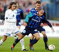 Fotball, 20. april 2002. Tippeligaen, Stabæk v Vålerenga Fotball. Tryggvi  Gudmundsson, Stabæk, mot David Hanssen, Vålerenga.<br /> Foto: Anders Hoven, Digitalsport