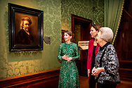 den haag  - DEN HAAG - Prinses Beatrix wordt in het Mauritshuis rondgeleid over de tentoonstelling Rembrandt en het Mauritshuis. Links conservator Charlotte Rulkens, naast haar directeur Emilie Gordenker van het Mauritshuis. De prinses opende het themajaar Rembrandt en de Gouden Eeuw.  Age.copyright robin utrecht