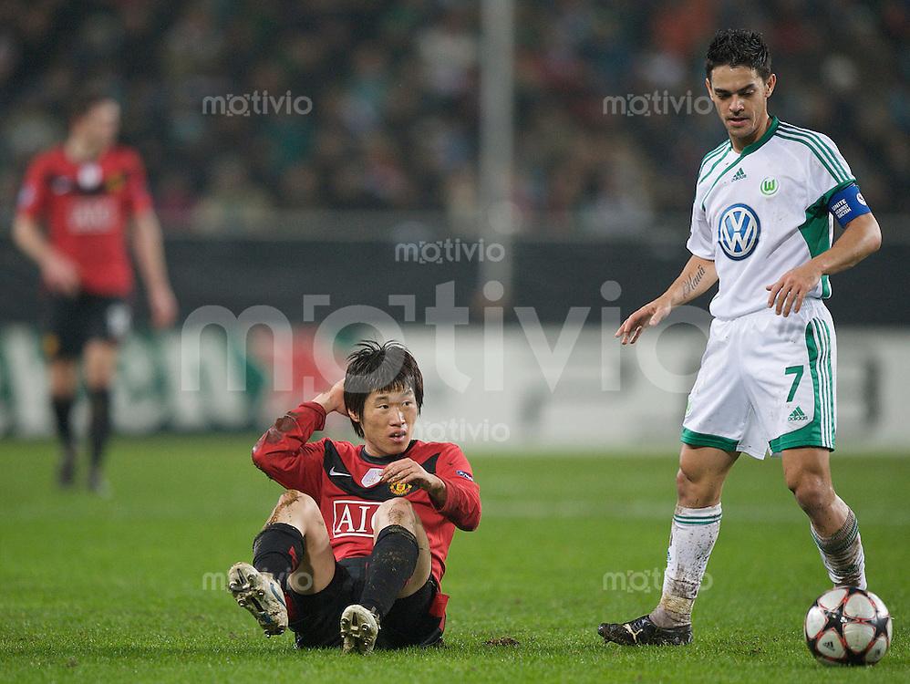 Fussball Uefa Champions League VFL Wolfsburg - Manchester United FC Ji-Sung PARK (Manchester) reibt sich nach einem Duell mit JOSUE (Wolfsburg) den Kopf.