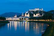 Blick über die Salzach auf Altstadt und Festung Hohensalzburg bei Dämmerung, das historische Zentrum der Stadt Salzburg, UNESCO Welterbestätte, Österreich | View over the Salzach to the old town and Hohensalzburg Fortress at dusk, the historic center of the city of Salzburg, a UNESCO World Heritage Site, Austria