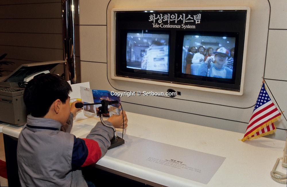 """Yonam Sciences Hall: Koreans come there to discover the miracles of the Korean technology. Yonam Sciences Hall, ///l'equivalent du Palais de la Decouverte parisien. Les Coreens viennent y decouvrir les miracles de la technologie made """"in Korea''; ///    L2742  /  R00030  /  P0003349"""