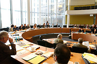 23 JAN 2002, BERLIN/GERMANY:<br /> Sitzung des Innenausschusses zur sog. V-Mann-Affaere aufgrund derer das NPD Verbotsverfahren vor dem Bundesverfassungsgericht ausgestezt wurde, Paul-Loebe-Haus, Deutscher Bundestag<br /> IMAGE: 20020123-02-002<br /> KEYWORDS: V-Mann-Affäre, Paul-Löbe-Haus, Saal, Sitzungssaal