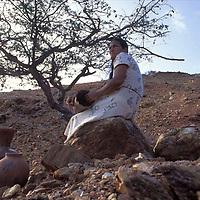 Mujer losera sentada en una piedra, Peninsula de Araya, Edo, Sucre, Venezuela.