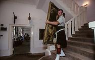 Hong Kong. British army moving out fort Stanley    / Fort Stanley ; déménagement du mess des officiers, un soldat décroche un tableau du fondateur du régiment  / R00057/12    L940707a  /  P0000319
