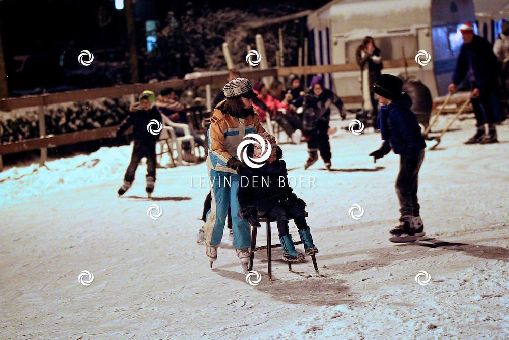 AMMERZODEN - Bij Manege Gelderse Boys hadden ze discoschaatsen. Een echte DJ stond zijn plaatjes te draaien terwijl het steeds donkerder werd op de schaatsbaan. FOTO LEVIN DEN BOER - PERSFOTO.NU