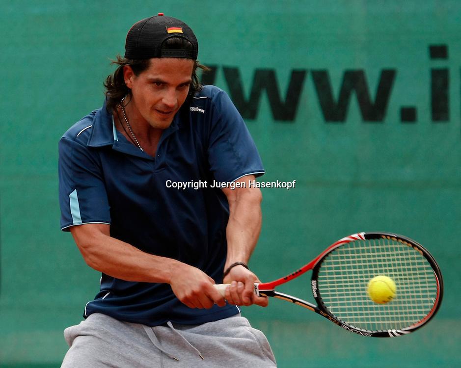 Sport, Tennis,  der deutsche Popsaenger Tommy Reeve alias Thomas Vogt spielt Tennis,Show match im Rahmen der BMW Open 2010,  ..Foto: Juergen Hasenkopf