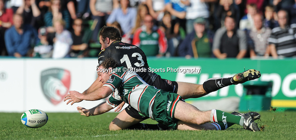 12/10/2008. Rugby Union. Heineken Cup, Pool 3. Leicester Tigers v Ospreys. Geordan Murphy and Tommy Bowe dive after a loose ball. Leicester, UK. Photo: Offside/Steve Bardens.