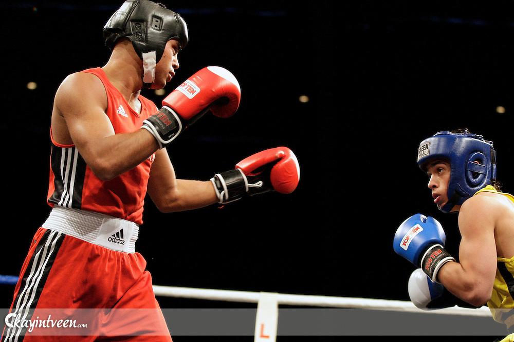 Rotterdam - boksen - NK boksen in het World Trade Center Rotterdam - finale Elite B 64 - Scott Duncan (rood) - Maarten Wuister Mesa Sport - foto Kay in t Veen/Cor Vos ©2010