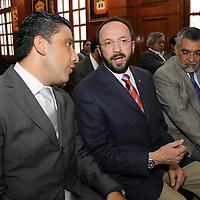 TOLUCA, México.- Eduardo Gasca Pliego acompañado por los diputados Cruz Juvenal Roa Sánchez y Oscar Guillermo Ceballos González, durante la sesión de la diputación permanente  de la LVI Legislatura del Estado de México . Agencia MVT / Crisanta Espinosa. (DIGITAL)