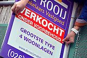 Nederland, Wijchen, 5-11-2015 Dit huis is verkocht. de makelaar plakt de sticker verkocht op het bord.Foto: Flip Franssen/Hollandse Hoogte
