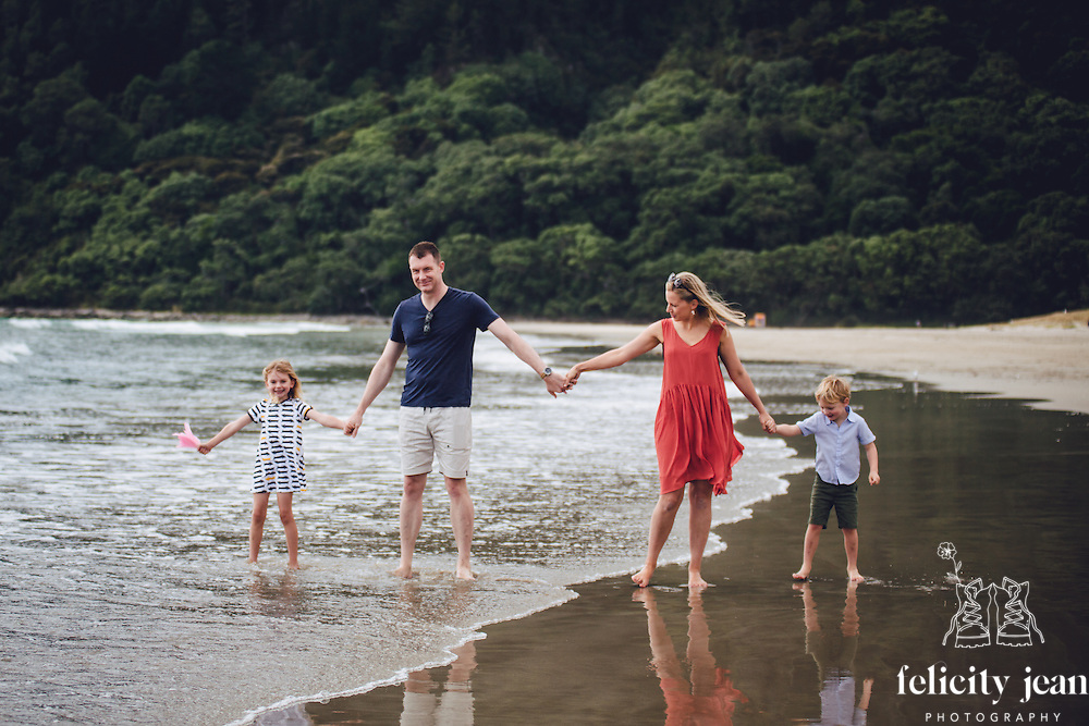 family portrait photographer on the beautiful Coromandel Peninsula natural candid documentary style photos Matarangi Otama Opito Whitianga Hahei
