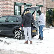 NLD/Hoorn/20120208 - Ben Saunders aan het verhuizen, met broer Jamie Saunders