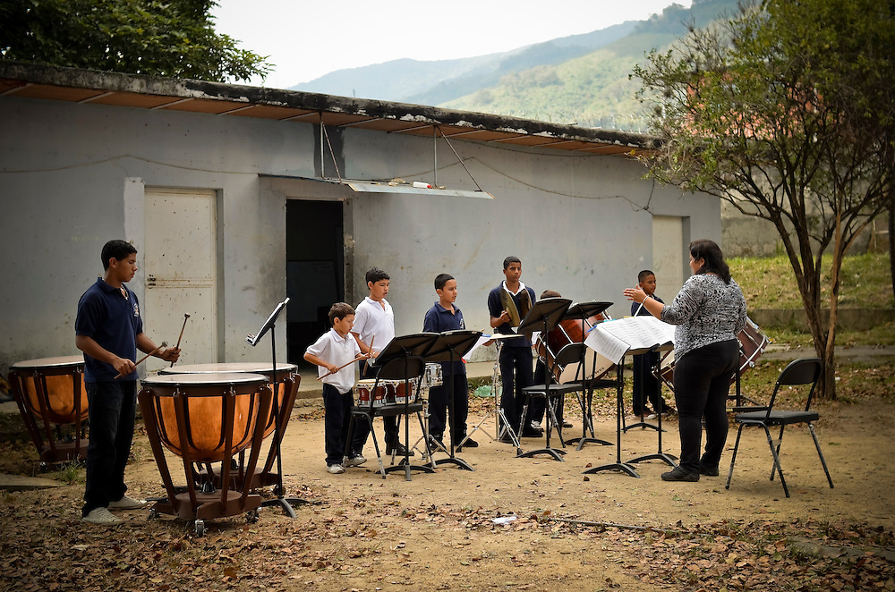 Students attend an outdoor percussion class at the Jos&eacute; Mart&iacute; primary school in Sarr&iacute;a, a slum in Caracas, Venezuela. The school is a &quot;nucleo&quot; for El Sistema, Venezuela's nationwide classical music educational program.  ///  **By downloading, you give digital authorization of terms and commit Le Monde Diplomatique to the payment of 350 EUR** <br /> CONDITIONS:<br /> Title : MANUEL D'HISTOIRE CRITIQUE<br /> publisher : MONDE DIPLOMATIQUE<br /> Print Run : 90 000 copies<br /> country : world<br /> Release date : September 2014<br /> Category : Magazine + Textbook (7000 copies)
