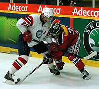 Ishockey, 12. janiuar 2005,  Sveits - Norge, Marcel Jenni (SUI) mot  Anders Myrvold (NOR).  Urs Bucher/Digitalsport