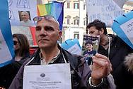 Roma 9 Aprile 2013.Manifestazione dei cittadini di Taranto che protestano contro l'inquinamento e la riapertura di ILVA di fronte alla Camera dei Deputati e in attesa della decisione della Corte costituzionale sulla legge salva-Ilva. Un manifestante mostra la foto di un bambino morto di lucemia