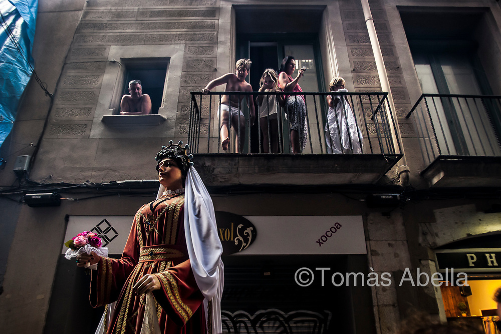 Tourists observing a parade in the Gothic Quarter. The Ciutat Vella district, the most touristic and gentrified of all of Barcelona, has lost 13,000 inhabitants‒11% of its population‒over the last eight years (2010-2017).