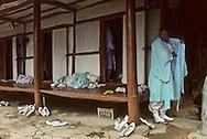 Chonhakdong traditional confucianist village  Before every religious ceremony, people completely wash themselves and wear clear clothes. preferably white.    Korea   village traditionnel confucianiste de Chonhakdong  Avant toute ceremonie religieuse, les gens se lavent tout le corps très meticuleusement et s'habille de couleur claire, de preference en blanc.         Coree  //////R28/25    L2642  /  R00028  /  P0003019