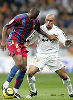 Fotball<br /> Spania 2005/2006<br /> Foto: Miguelez/Digitalsport<br /> NORWAY ONLY<br /> <br /> 19.11.2005<br /> Real Madrid v Barcelona 0-3<br /> <br /> Samuel Eto'o and Roberto Carlos