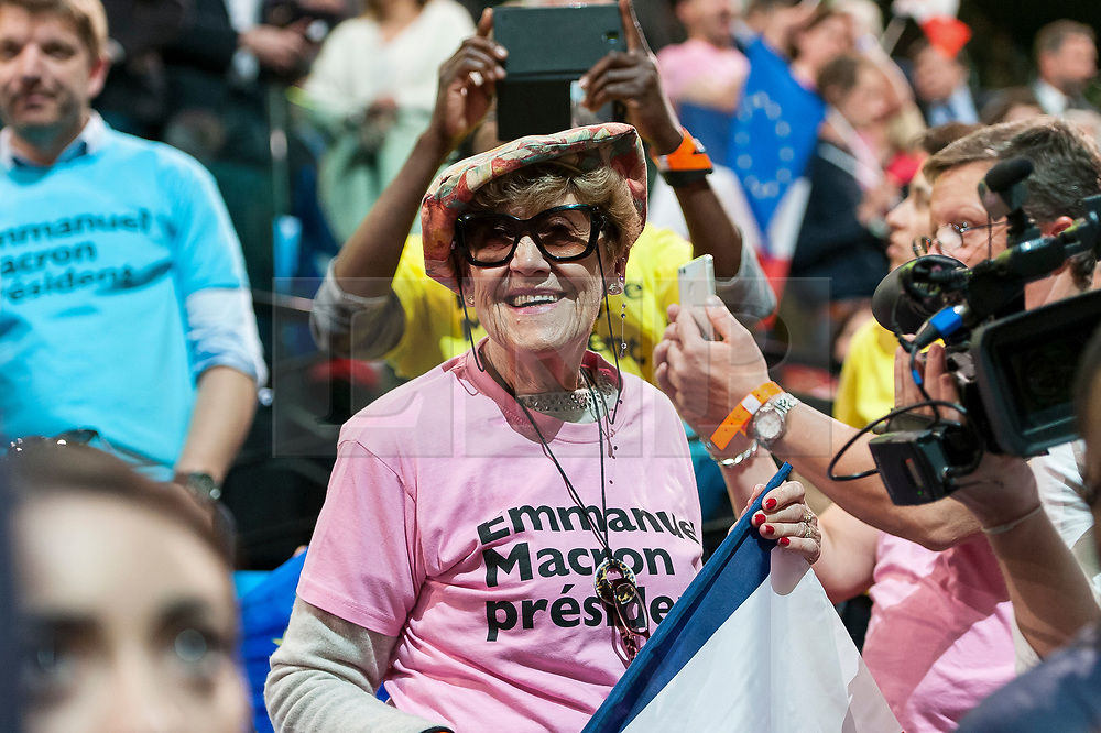 © London News Pictures. 17/04/2017. Paris, France. Supporters gather as French Presidential Candidate Emmanuel Macron addresses voters  at the Accorhotels Arena 6 days before the first round of presidential elections in France. Photo credit: Karine Pierre/LNP