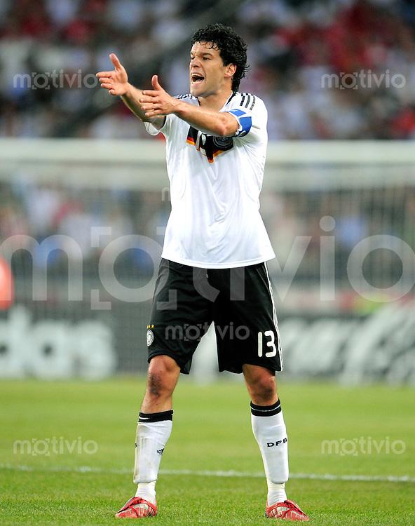 FUSSBALL EUROPAMEISTERSCHAFT 2008  Portugal - Deutschland    19.06.2008 Michael BALLACK (GER) gibt Anweisungen.