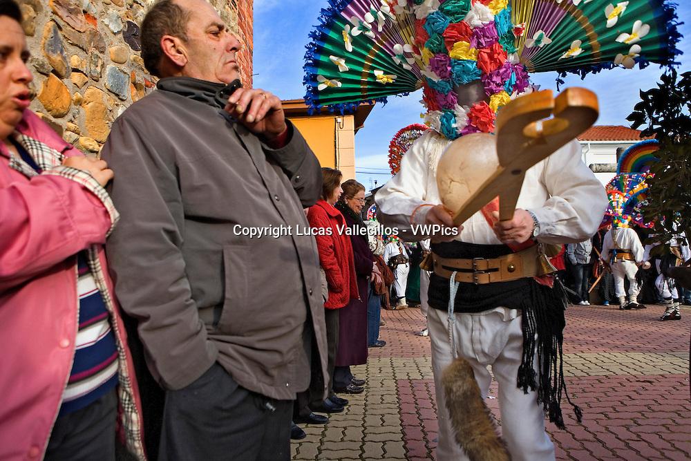 Antruejo (Carnival).Guirrio with tongs and public. Llamas de la Ribera. León. Castilla y León. Spain
