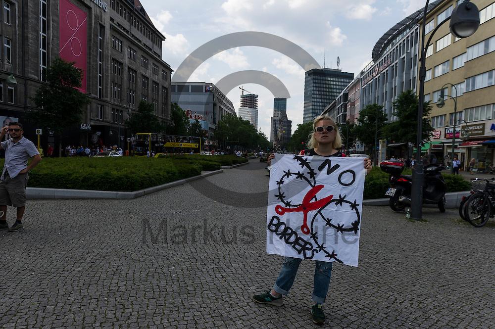 &quot;No Borders&quot; steht w&auml;hrend eines Flashmobs zur R&auml;umung von Idomeni am 04.06.2016 in Berlin, Deutschland auf dem Transparent einer Aktivistin. Ca 20 Aktivisten bauten auf dem Wittenbergplatz Wurfzelte auf um gegen die R&auml;umung und die Umsiedlung von Fl&uuml;chtlingen aus dem Camp an der griechisch-mazedonischen Grenze zu demonstrieren. Foto: Markus Heine / heineimaging<br /> <br /> ------------------------------<br /> <br /> Ver&ouml;ffentlichung nur mit Fotografennennung, sowie gegen Honorar und Belegexemplar.<br /> <br /> Bankverbindung:<br /> IBAN: DE65660908000004437497<br /> BIC CODE: GENODE61BBB<br /> Badische Beamten Bank Karlsruhe<br /> <br /> USt-IdNr: DE291853306<br /> <br /> Please note:<br /> All rights reserved! Don't publish without copyright!<br /> <br /> Stand: 06.2016<br /> <br /> ------------------------------w&auml;hrend Flachmobs zur R&auml;umung von Idomeni am 04.06.2016 in Berlin, Deutschland. Ca 20 Aktivisten bauten auf dem Wittenbergplatz Wurfzelte auf um gegen die R&auml;umung und die Umsiedlung von Fl&uuml;chtlingen aus dem Camp an der griechisch-mazedonischen Grenze zu demonstrieren. Foto: Markus Heine / heineimaging<br /> <br /> ------------------------------<br /> <br /> Ver&ouml;ffentlichung nur mit Fotografennennung, sowie gegen Honorar und Belegexemplar.<br /> <br /> Bankverbindung:<br /> IBAN: DE65660908000004437497<br /> BIC CODE: GENODE61BBB<br /> Badische Beamten Bank Karlsruhe<br /> <br /> USt-IdNr: DE291853306<br /> <br /> Please note:<br /> All rights reserved! Don't publish without copyright!<br /> <br /> Stand: 06.2016<br /> <br /> ------------------------------