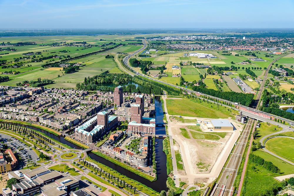 Nederland, Utrecht, Amersfoort, 9-06-2016; de wijk Vathorst, deelplan De Laak. Het stedenbouwkundig plan is van de stedebouwkundigen van West8 met Adriaan Geuze. Grachtenstad. De nieuwe wijk grenst aan de polders tussen Bunschoten-Spakenburg en Nijkerk ( aan de horizon).<br /> New housing district Vathorst in Amersfoort, the urban plan of this Canal City, is based on canals with canal house-style houses. Developed by the urban development agency West8, Adriaan Geuze.<br /> <br /> luchtfoto (toeslag op standard tarieven);<br /> aerial photo (additional fee required);<br /> copyright foto/photo Siebe Swart