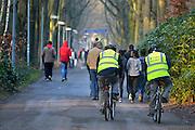 Nederland, the Netherlands, Nijmegen, 4-11-2015Kamp, tentenkamp Heumensoord, de tijdelijke noodopvang, azc, van het COA. Plaats voor 3000 asielzoekers. Mensen wandelen buiten. Door de zachte winter is het in de tenten nog niet zo koud. Beveiliging, beveiligers, security maakt een rondje op de fiets.FOTO: FLIP FRANSSEN