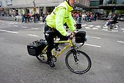 Verpleegkundigen op de ambulancefiets. Met de speciale ambulancefiets kunnen de verpleegkundigen van de RAVU snel in de binnenstad hulp verlenen, waar het moeilijk is om met de auto of motor te komen