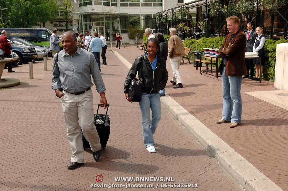 NLD/Amsterdam/20060606 - Vertrek Nederlands Elftal naar het WK 2006, vader en zus Janice van Ryan Babel