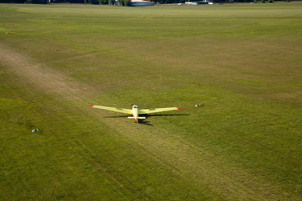 Nederland, Noord-Holland, Hilversum, 17-06-2008; zweefvliegtuigje landt op het gras vanhet vliegveld; grasbaan, landingsbaan, hobbyvlieger, piloot, zweefvliegn, zweven..luchtfoto (toeslag); aerial photo (additional fee required); .foto Siebe Swart / photo Siebe Swart